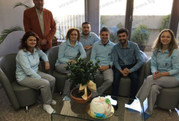 """Д-р Спаска Фезова изненадана с торта """"зъб"""" за рождения ден, докато лети за Швейцария"""