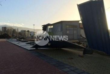 Силният вятър в София събори огради, затрупа жена (СНИМКИ/ВИДЕО)