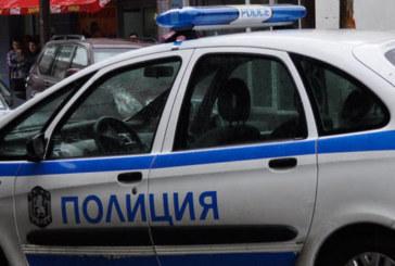 """ЕКШЪН! Пиян мъж се """"сби"""" с банкомат, заби юмрук в лицето на полицай"""