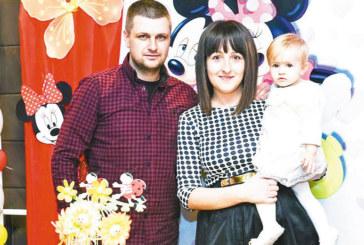 Рожден ден с героите на Уолт Дисни подариха на дъщеричката Бориса съдебната секретарка З. Янева и охранителят Б. Сапунджиев