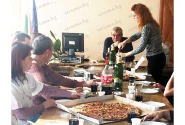 С колеги в работна обстановка  директорът на МБАЛ – Благоевград  д-р О. Митев посрещна 56-и рожден ден