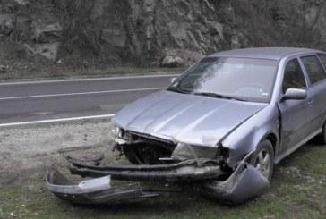 Камъни заваляха в дефилето, шофьор потроши шкода да ги избегне