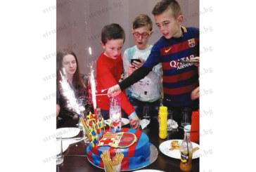 """Надежда на ОФК """"Пирин"""" чества 10-и рожден ден с фланелка на Меси и торта """"Барселона"""""""