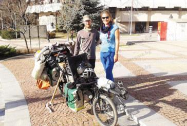 Двойка французи, тръгнали на околосветска обиколка с колело, акостираха в Дупница