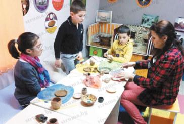 На първия рожден ден на клуба си малките  археолози от Кюстендил показаха как се реставрират  керамични съдове с пясъчник и глина
