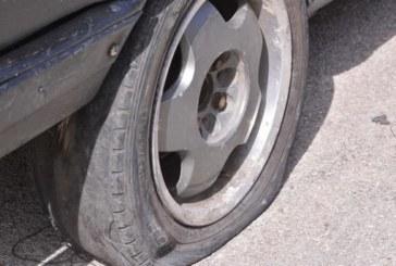 ЗАРАДИ СТАРИ ДРЯЗГИ! Санданчанин пийна за кураж и сряза гумите на колите на съседите си