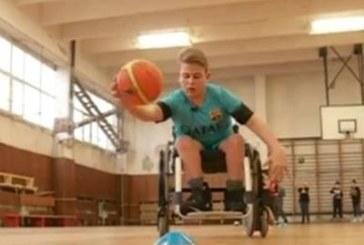 ПОКЪРТИТЕЛНА ИСТОРИЯ! Момче с тежка малформация тренира баскетбол с инвалидна количка