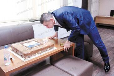 Съветникът Р. Динков духна 39 свещички върху торта подарък, председателят на ОбС  Р. Тасков му пожела сладък живот