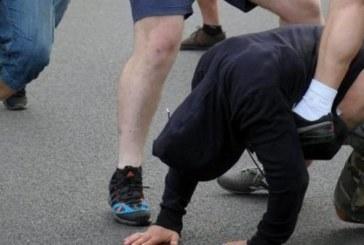 КОШМАР НА 80 КМ ОТ БЛАГОЕВГРАД! 2-ма тийнейджъри пребиха съученик, ритаха го в гениталиите,  изоставиха го окървавен в калта