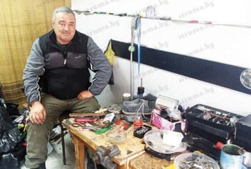 Обущарят с 23-г. стаж Й. Джаков от Сандански: Няма хляб вече в този занаят, хората купуват обувки за 5 лв., хвърлят ги, като се скъсат, защото не им се дават 4 лв. за ремонт