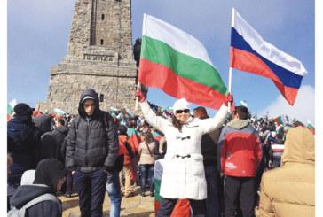 Благоевградската адвокатка Гергана Юрукова развя 2 знамена на Шипка