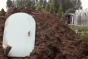 Отидоха в градината и видяха бяла врата, заровена в калта! Когато я отвориха, останаха зашеметени! (ВИДЕО)