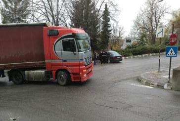 Катастрофа в Бобов дол! Кола и тир в сблъсък заради отнето предимство