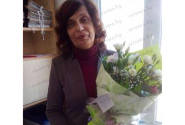 Пом. директорката на икономическата гимназия Е. Изова изненадана от колегите с торта с рози за рождения й ден