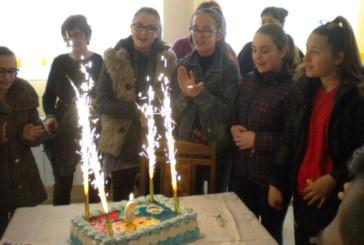 С торта, подаръци и куп изненади шестокласници от 8-мо СОУ зарадваха 9-г. Сабрина