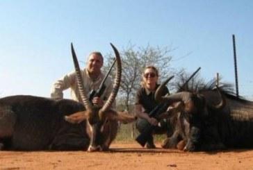Стоичков на сафари в Африка, снима се с трофеите