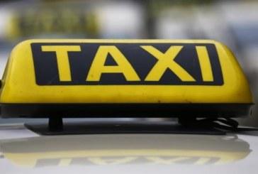 Такси нацели паркирани автомобили
