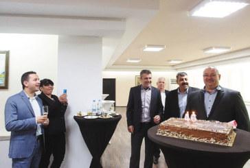 """Съветници пяха в хор """"Happy birthday"""" за колегата си Евгени Бибов, подариха му торта"""