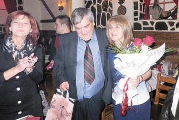 Медици пяха и танцуваха в чест на бившия шеф на детско отделение д-р Ст. Кръстев, изненадаха го с туристическа чанта, с пожелание да обиколи света