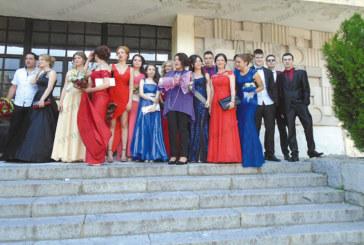 Абитуриентите от ПГ по облекло блеснаха със стил на бала