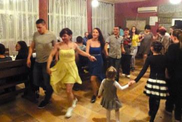 Възпитаник на Благоевградската професионална гимназия празнува с близките си в с. Стоб