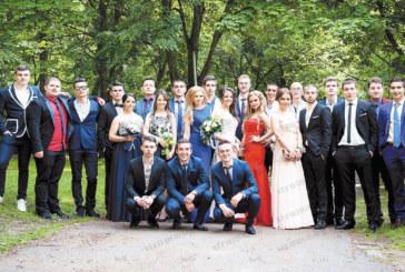 Фолкдивата Кали изпрати абитуриентка приятелка от Кочериново, отличничките от СОУИЧЕ блеснаха с рокли по свои модели