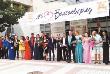 Директорката Д. Иванова поведе дванадесетокласниците от Гимназията по туризъм и лека промишленост по червения килим