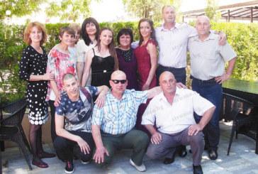 88-г. баба Славка хвърли бастуна и поведе хорото на тържеството за дипломирането на внучката Светослава Шопова