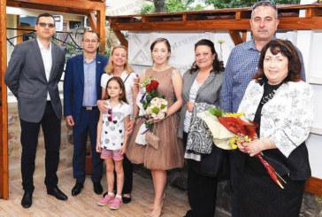 Кръстница на 11 деца изпратена на бала в Благоевград от мощна агитка политици начело с Татяна Дончева