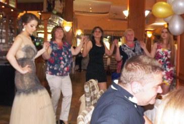 """Отличничката на ХІІ """"в"""" С. Китанова поведе хорото на празника си"""