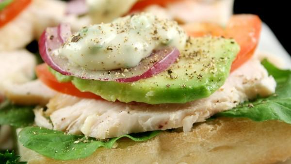 Пикантен сандвич с пиле и авокадо