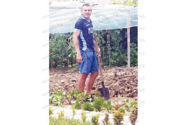 Футболистът Мартин Газиев разтоварва от стреса със земеделска работа в градината си в с. Абланица