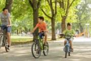 Това се случи в Благоевград! Детенце кара велосипеда си, когато едната врата на кола се отваря и …