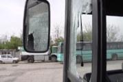 Съвсем откачихме! Изнервен шофьор нападна и потроши с бухалка градския автобус