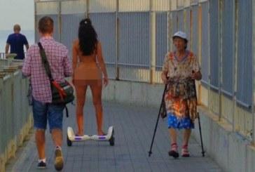 Чисто гола красавица зарадва минувачите на крайбрежна улица /снимки 18+/