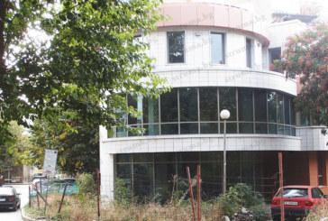 Казусът с потъналата в бурени офис сграда до градската градина в Благоевград се заплита