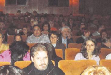 """Изтупани в елегантни костюми, кметът М. Чимев и лидерът на ОДБ К. Костадинов изгледаха премиерата на """"Тигър"""" и """"Машинописци"""""""