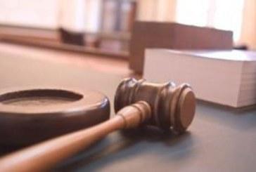 Бивш учител си преряза гърлото в съдебна зала, признаха го за виновен за изнасилването на 13-годишно дете