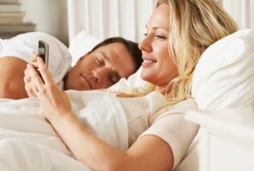 Ровенето из телефона в леглото може да причини слепота