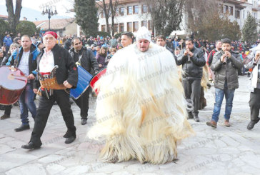 Банскалията Д. Кехайов-Мимо дефилира с костюм уникат, с косъм над метър