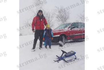 Атракция в снега! Баща пързаля 5-г. си дете с шейната, закачена за колата