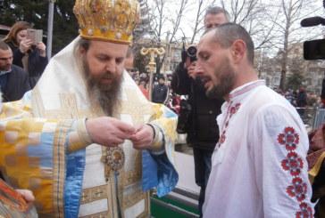 ЗНАМЕНИЕ! Кръстът в Гоце Делчев се счупи, неврокопчанин хвана разпятието за 4-ти път