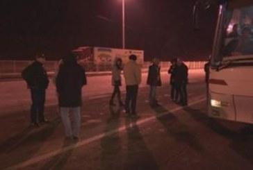 Десетки автобуси с българи блокирани на Калотина