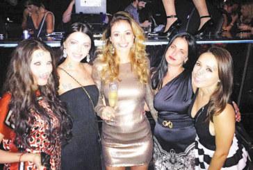 Благоевградската красавица Мелани посрещна 2016 г. в дискотека в Маями в компанията на Мика Стоичкова