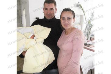 Вторият син на испанец, избрал България за втора родина, е последното бебе за 2015 г. в Разлог, сладураната Мерал е първото за 2016 г.