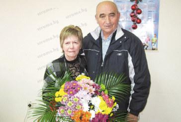 """Колеги изненадаха главната счетоводителка на ПК """"Струмешница"""" с торта за рождения й ден, шефът Г. Ичконов й поднесе букет от 17 вида хризантеми"""