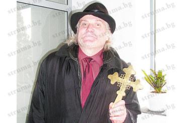 Бившият кмет на симитлийското с. Градево откупи кръста на благоевградската църква