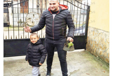 За трети път бизнесмен от Вълково хваща кръста на Йордановден, пръв  го целуна 4-г. му син