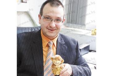С Oгнена маймунка, подарък за именния ден, изненадаха  благоевградския съдия Иван Петков