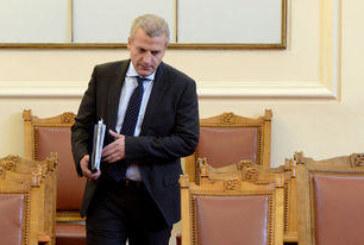 Грип повали здравния министър